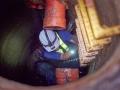 工作人員冒著沼氣中毒危險協助清除